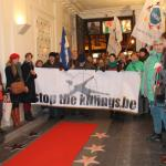 Les manifestants marchent sur le « Walk of Fame » et « Walk of Shame » au début